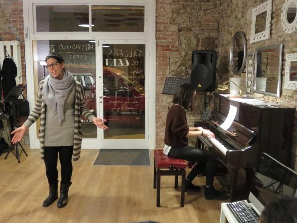 Interpretando en el taller de canto Broadway, Espai Coriveu